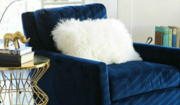 3 Tips On Choosing The Right Accent Chairs Accent Chairs 3 Tips On Choosing The Right Accent Chairs blue velvet chair for stylish living room 600x350