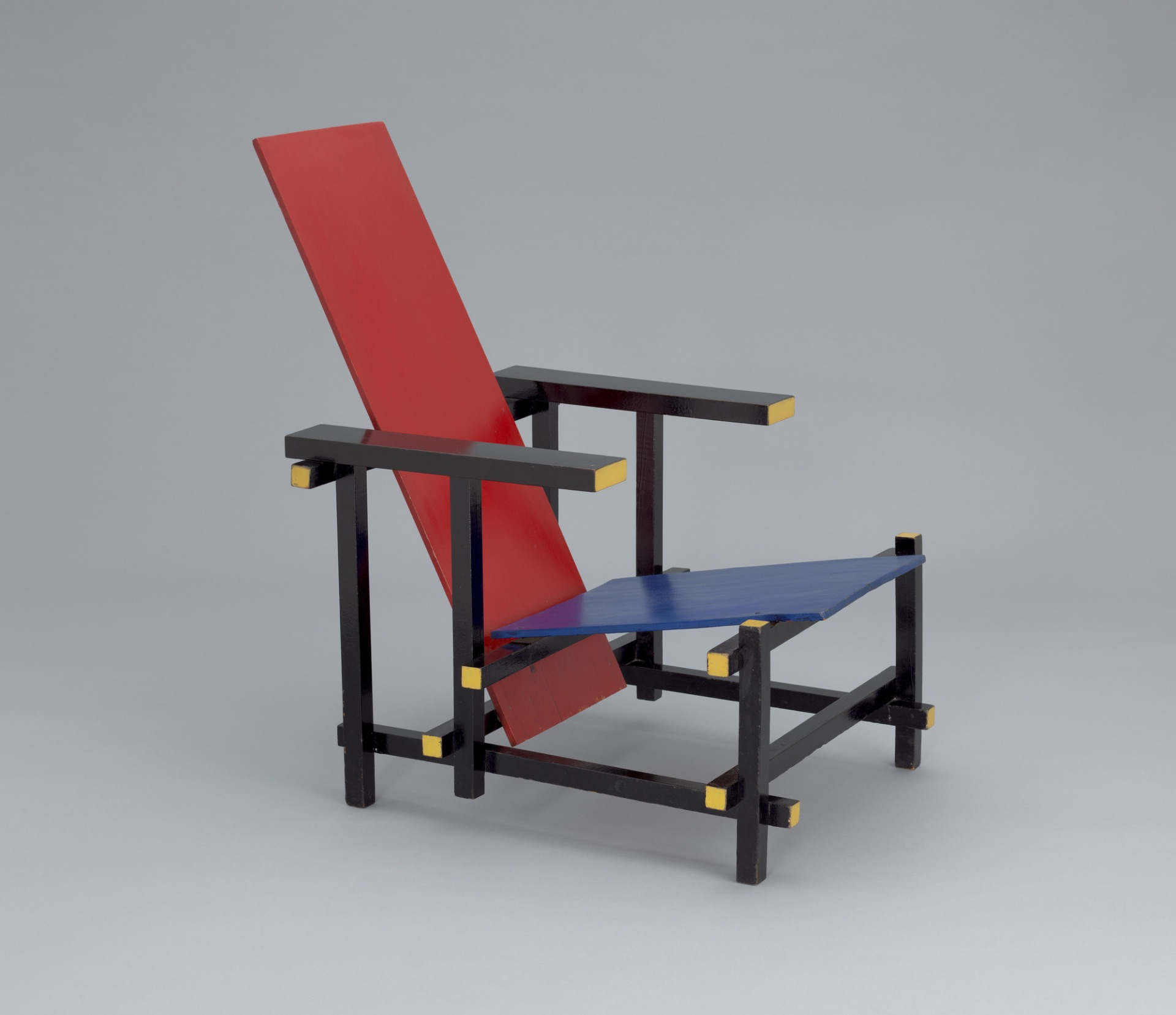 Iconic Chairs: The Top 10 Chairs Designed By Architects iconic chairs Iconic Chairs: The Top 10 Chairs Designed By Architects Red Blue Chair